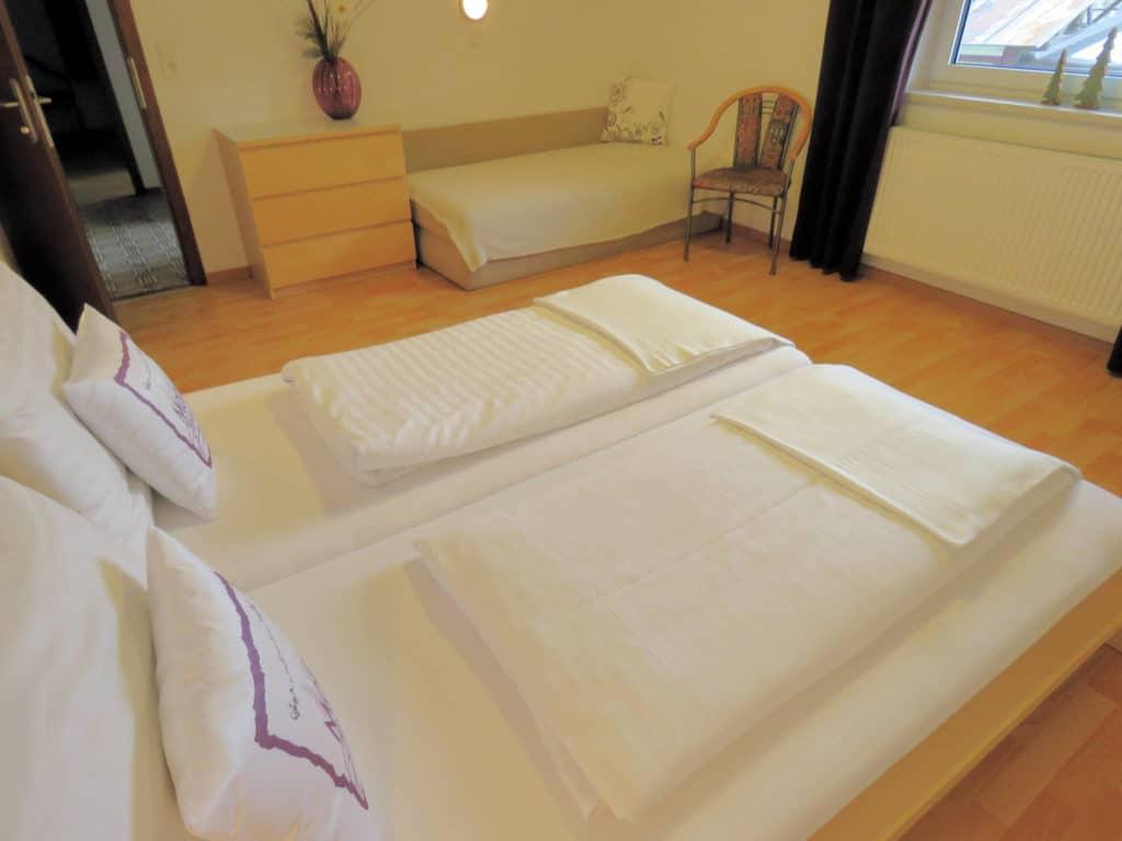 Ferienwohnung Moida Schlafzimmer mit Doppelbett und Couch